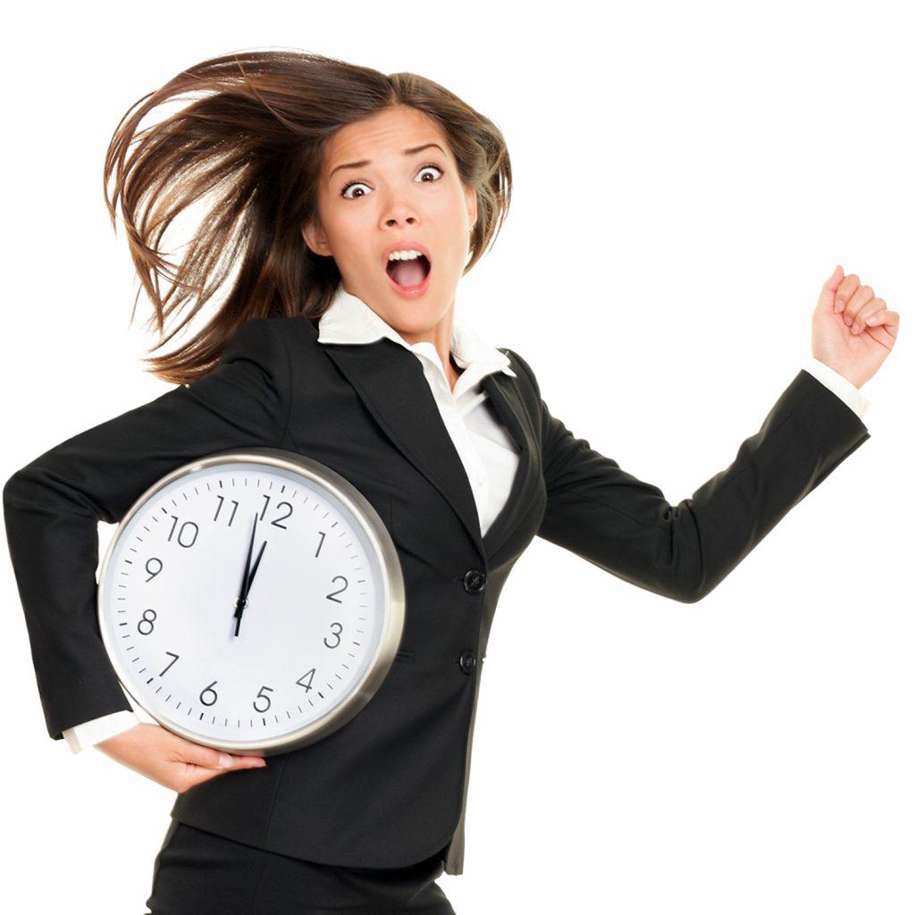 El tiempo pasa, mientras ella dedica todas sus energías, a tratar de cumplir con todas las obligaciones que la desbordan