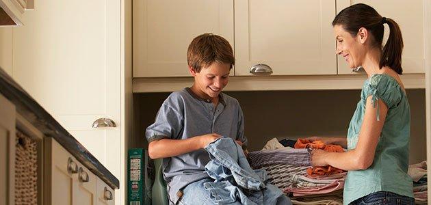 Es importante que los niños colaboren con las tareas del hogar adquiriendo responsabilidades.