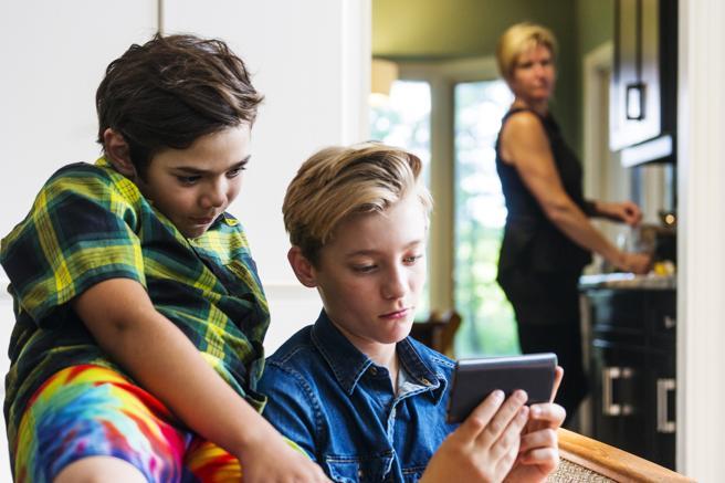 vigilar a los niños, sus redes sociales, amigos, para evitar que se metan en problemas.
