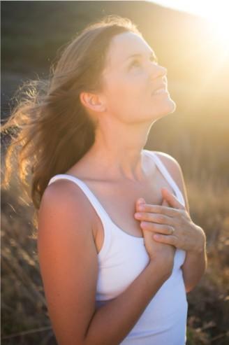 la auténtica felicidad viene de adentro, del Ser, y a ella se puede llegar únicamente con la revolución de la conciencia, con la suprema comprensión y con Amor.