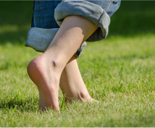 Andar descalzos por la tierra, nos descarga de la electricidad estática acumulada en nuestro cuerpo.